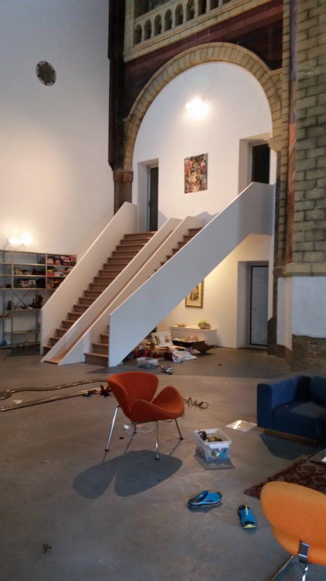 moderne-trap-met-glijbaan-in-een-verbouwde-kerk2