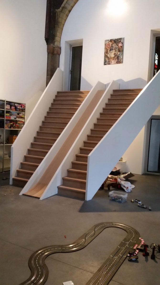 moderne-trap-met-glijbaan-in-een-verbouwde-kerk3