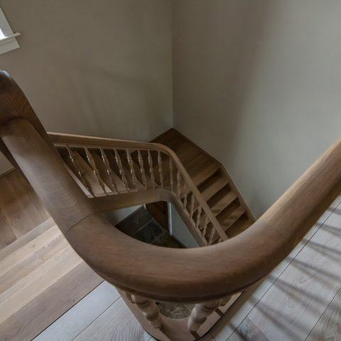 Massief eiken trap met doorlopende leuning