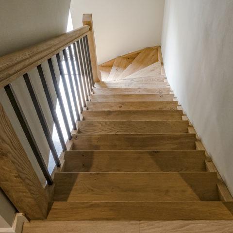 Eiken trap met stalen spijlen